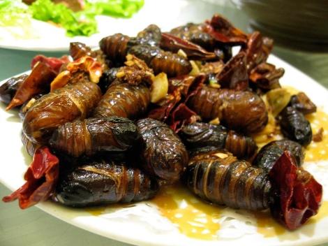 Garšīgie zīdtārpiņu kokoni ar salātiem (veselīgi!). Pārpublicēts no wikimedia.org