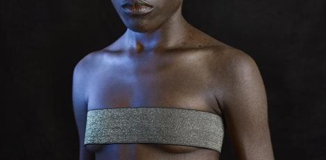 Gildas Paré, Kamerūnas krūšu gludināšanas tradīciju upuri, fotoattēla fragments.